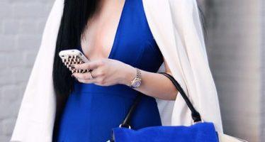 Añade un toque de azul a tus outfits