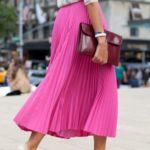 Sin dudarlo uno de los colores mas representativos en la moda y mas para mujeres es el color rosa, con este color puedes crear increíbles outfits super femeninos y chic. Si te gusta mucho este color pero no sabes como combinarlo o agregarlo a tus looks encontré 37 outfits con toques color fucsia ¡Super femeninos! Que sin dudarlo te ayudarán demasiado a crear los mejores outfits con este color. Espero que te gusten muchisimo todas las ideas y que puedas poner en práctica algunas de nuestras ideas.