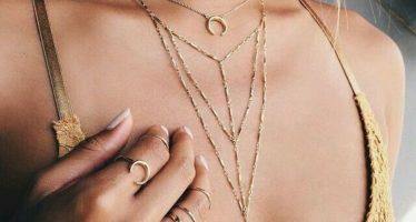 Tendencia en accesorios: collares finos en capas